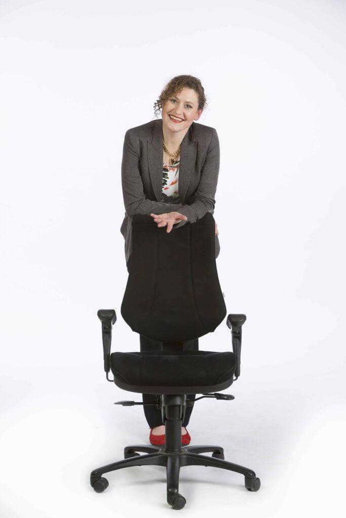 Caroline met bureaustoel